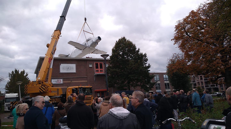 Wat doet het vliegtuig op het dak?